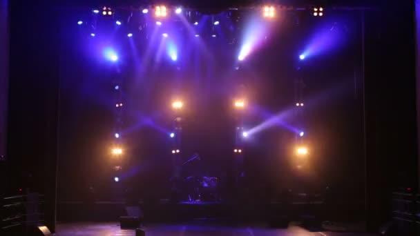 Színes reflektor egy üres koncert szakaszban a sötétben. Ingyenes színpad fények