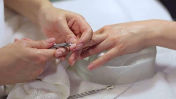 Detail prsty a nehty manikúra odborník v salonu krásy.