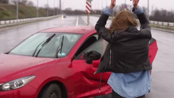 eine Frau war bei einem Unfall auf der Straße im Regen, sie ist verletzt und verängstigt.