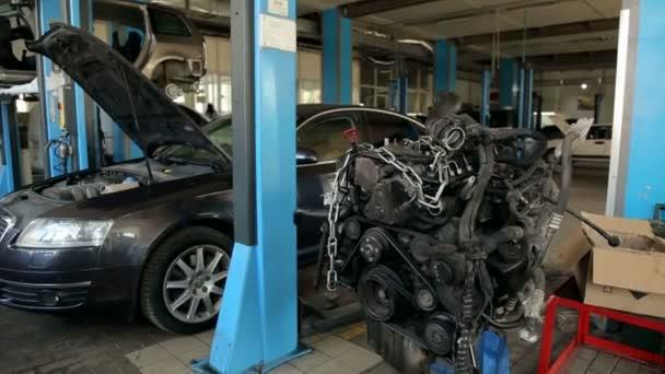 Uzavření motoru ze stroje v servisní stanici.