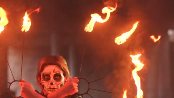 Strašidelné nevěsta s make-upem na její tvář hospodářství hořící pochodně. Halloween.