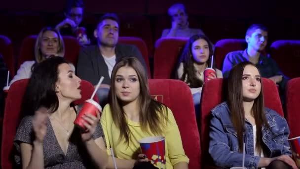 Egy három fiatal barátnő portréja a moziból..