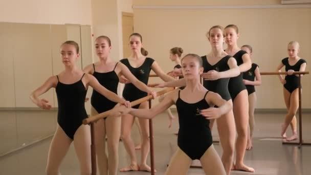 A fiatal balerinák koreográfiát gyakorolnak egy balett iskolában..