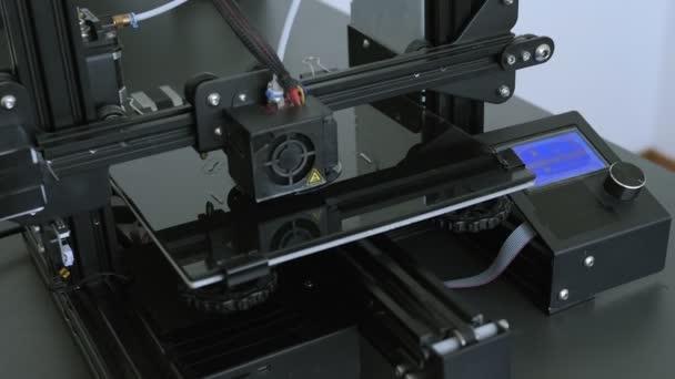 3D tisk. Elektronická trojrozměrná plastová tiskárna při práci v laboratoři