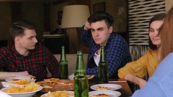 A fiatal, gyönyörű emberek kávézókban pihennek, sört isznak és pizzát esznek. Lassú mozgás..