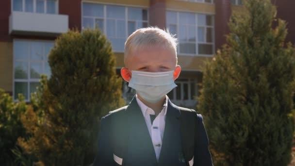 Arcmaszkot viselő iskolás fiú portréja, hogy elkerülje a koronavírus terjedését.