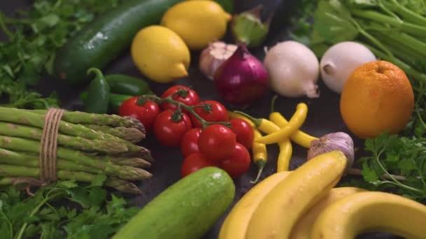 große Auswahl an biologischem, buntem und frischem Gemüse auf einem schwarzen Holztisch