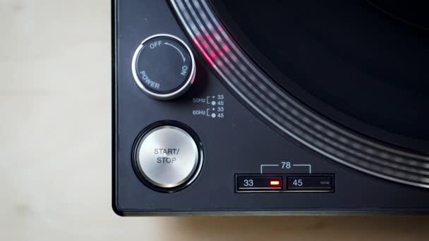 pohled na černý moderní otočný talíř s rotujícím LP záznamem