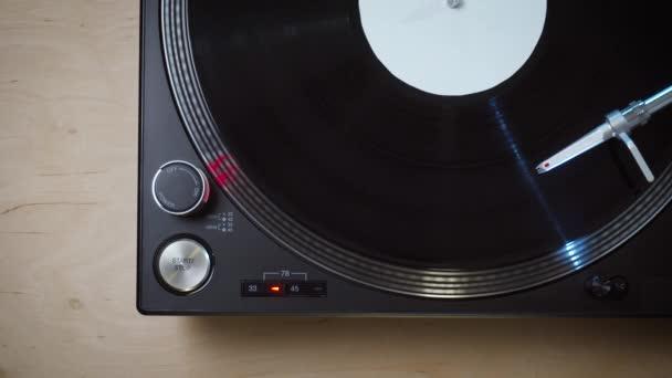 felülnézet fekete modern lemezjátszó forgókával forgatható LP rekorddal