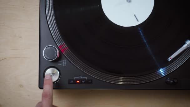 Draufsicht auf schwarzen modernen Plattenspieler mit rotierender LP-Platte