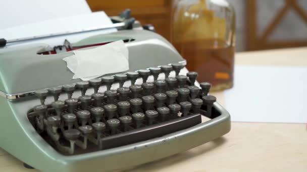 starý šedý psací stroj a prázdný papír