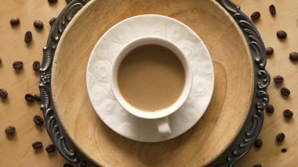 Nejlepší pohled na kávu s mlékem na ozdobné desce na dřevěném stole