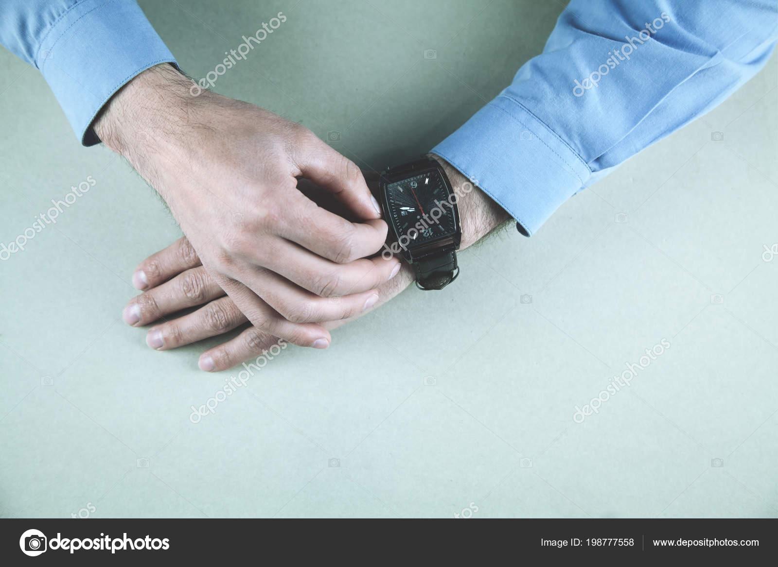 Manos Hombre Negocios Ajuste Reloj Pulsera — Fotos de Stock