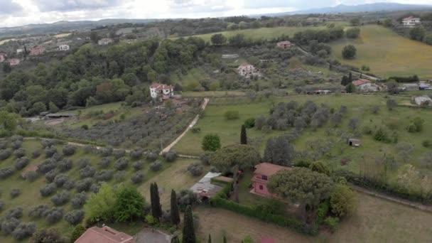 Drone légi felvétel az olasz vidék felett völgy olajfák és erdők és zöld rétek egy látványos felhős ég