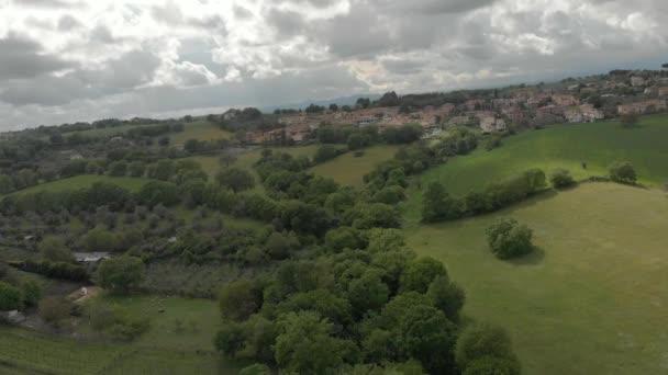 Dubové lesy a zelené údolí mezi kopci, venkovským panoramatu a zatažené oblohou