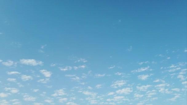 schöner und entspannender Zeitraffer des Makrelenhimmels mit kleinen, langsam sich bewegenden weißen Wolken vor blauem und sauberem Hintergrund