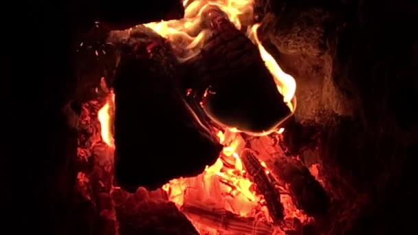 Krásná červená oheň z řezu dřeva, tmavě šedé černé uhlí uvnitř kovové pánev. Na dřevo v pánev hoří jasně žluté. Plameny požáru Příprava na vaření grilování. Pánev na grilování přírody.