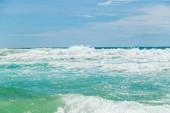 Krajina s tyrkysovou vodou a bílé pěny vln
