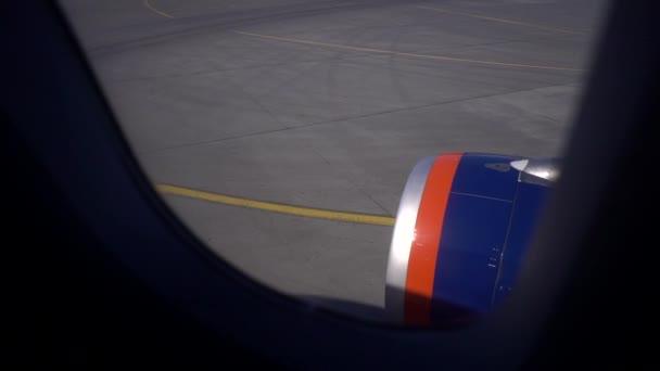 Startu. Pohled z okna letadla