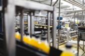 Fotografie Industriebetrieb im Innenbereich und Maschinen. Roboter-Produktionsstraße für die Verarbeitung und Abfüllung von Soda und Orange saft-Flaschen. Selektiven Fokus. Kurze Schärfentiefe