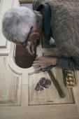 Nahaufnahme eines alten Tischlermeisters bei der Arbeit in seiner Holzverarbeitung oder Werkstatt