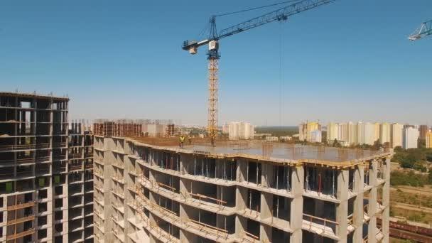 Letecký záběr pracovníků ve stavebnictví, struktura v procesu, který má být postaven