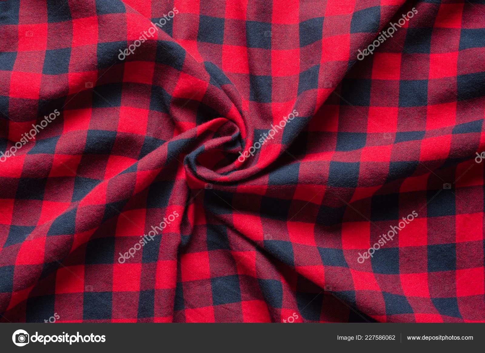 c6fce589c1 Material de xadrez enrugado. Fundo de pano vermelho camisa quadriculada azul  escuro. Torceu a amostra de tecido do centro — Foto de V_Sot