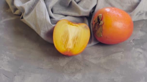Ovesná kaše se sušenými meruňky, švestkami a dýňovými semínky v hluboké misce. Persimmon. Vařím zdravou snídani. Zdravé jídlo