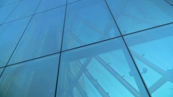 Skleněná fasádní stěna konstrukce. Spojovací prvky systému Spider Glass System. Ochranka fasády. Abstraktní pozadí architektury.