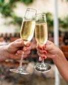 Feier. Leute halten Gläser Champagner machen einen toast