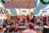 koblenz deutschland -26.09.2018 volksfest auf oktoberfest in europa während eines konzerts typische bierzeltszene