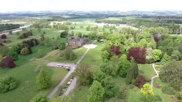 Aearial szemcsésedik-ból egy Park-erdő táj várban Skócia-Nagy-Britannia