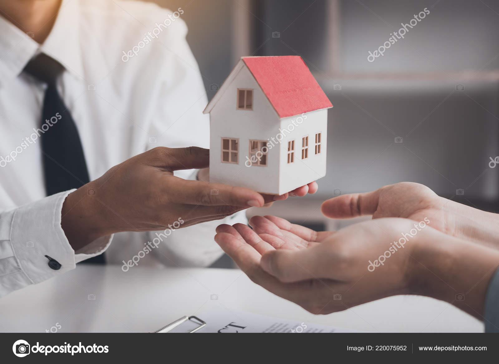 289d9194f1e Μεσιτικό Γραφείο Συγχαρητήρια Στον Νέο Αγοραστή Δίνοντας Σπίτι ...
