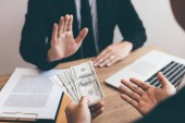 Podnikatelé odmítají úplatek od partnera s protikorupčním konceptem.