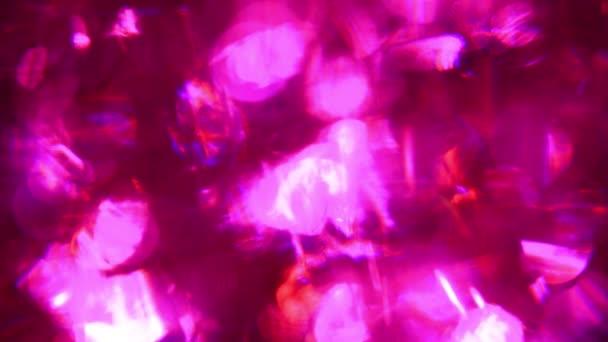Közelről dekoncentrált pezsgő jégkocka egy pohár rózsaszín szóda