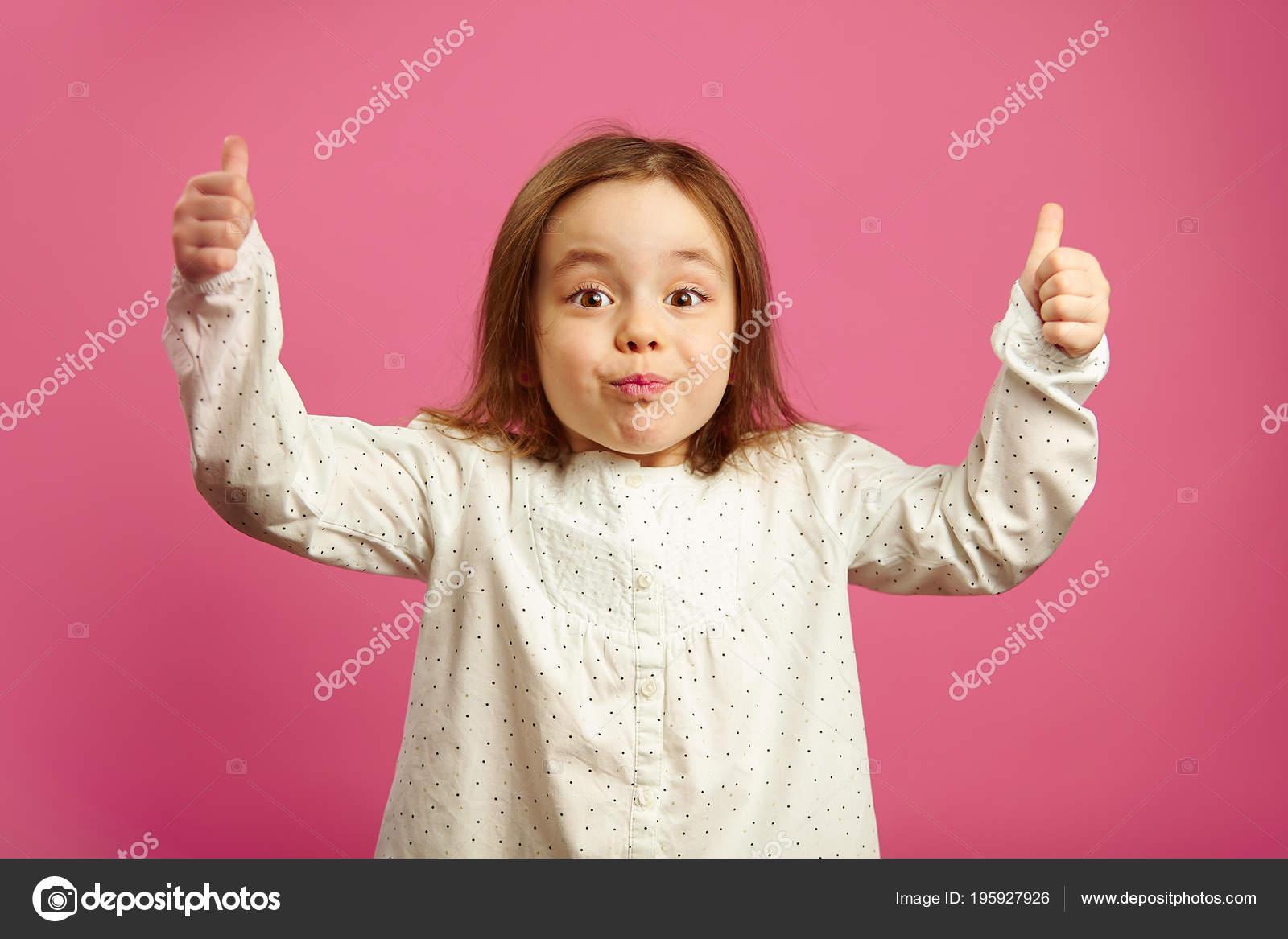 Удивлен маленькая девочка с поднятыми руками, показывает большие.