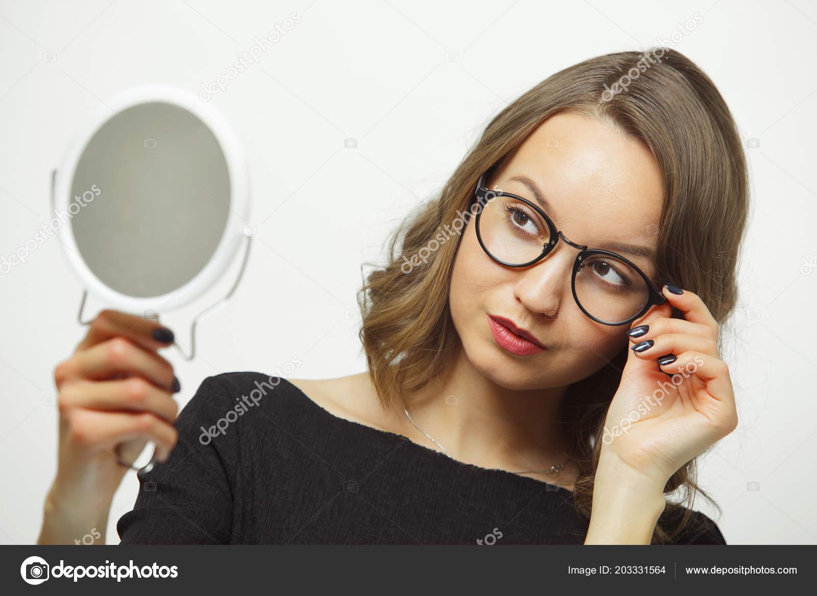 42682b0a638b1 Elegante mulher experimentando óculos com espelho em mãos em fundo branco  isolado — Fotografia de Stock