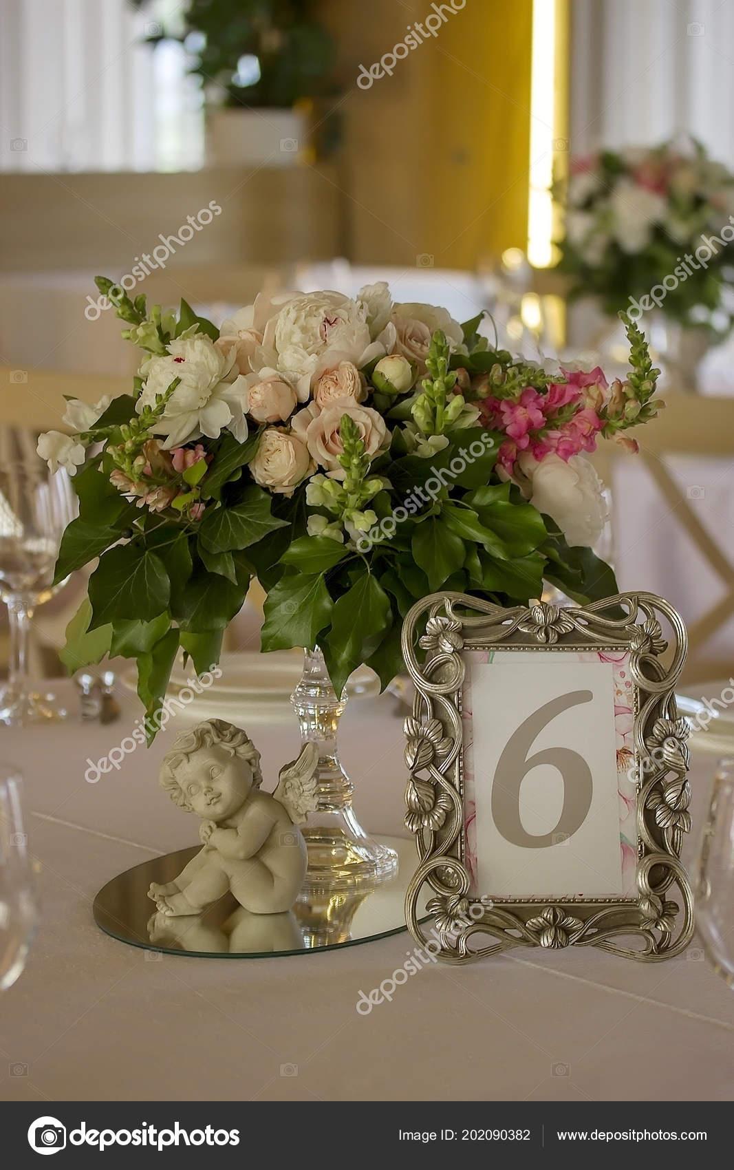 bouquet fleurs belle sur table mariage décoré — photographie