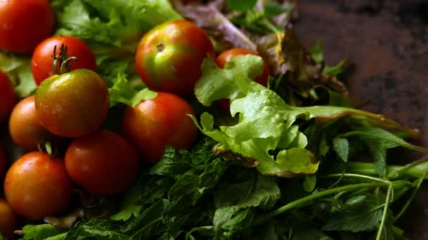 Nahaufnahme von reifen Tomaten und Kohl
