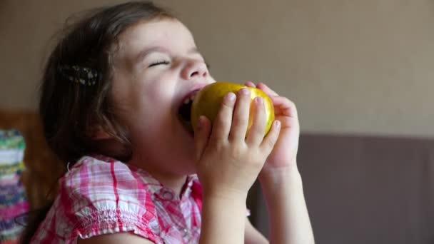 felvétel aranyos kislány eszik alma otthon