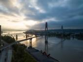 Letecký panoramatický pohled řeky Fraser a mosty během zářivé slunce. Přijata v New Westminster, větší Vancouver, Britská Kolumbie, Kanada.