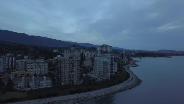 Letecký pohled na bytových domů v West Vancouver, Britská Kolumbie, Kanada. Během temné a náladový večer po západu slunce.