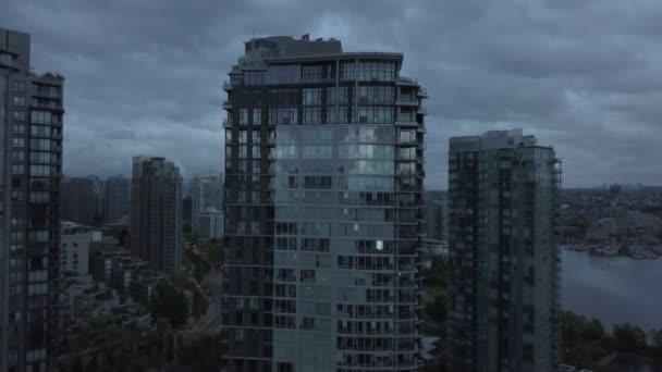 A légi felvétel a modern város, közben felhős napon. Hozott Downtown Vancouver, British Columbia, Kanada.