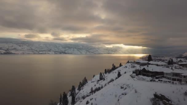 wunderschöne landschaft mit spiegelung des gletscherwassers in joffre lake, britisch columbia, kanada.