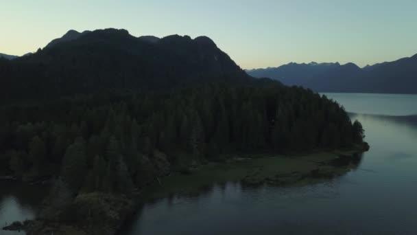 Schöne Landschaft einer Reflexion des Gletscherwassers in Joffre Lake, British Columbia, Kanada.