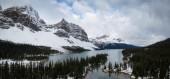 Panorama Blick auf einem Gletscher-See in den kanadischen Rockies. Genommen in Banff, Alberta, Kanada.