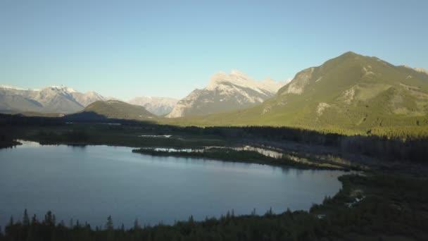 Luftaufnahme eines malerischen Sees in der kanadischen Berglandschaft während eines pulsierenden Sommersonnenaufgangs. aufgenommen am jones see in der nähe von chilliwack und hope, östlich von vancouver, bc, canada.