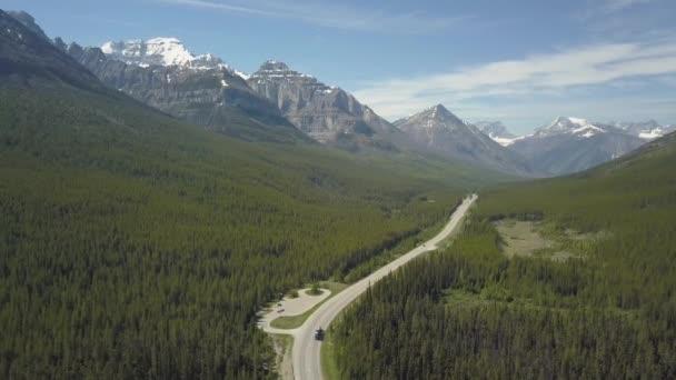 Letecký pohled na malebnou silnici v údolí obklopenou krásnou kanadskou horou Mountain krajinou během slunného letního dne. Poblíž Banff, Alberta, Kanady.