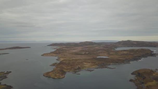 Letecký panoramatický pohled na městečko na skalnatém pobřeží Atlantského oceánu během zamračený den. Přijata v Goose Cove východ, v blízkosti St. Anthony, Newfoundland, Kanada.