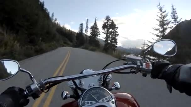 Jezdím na motorce na nádherné malebné silnici obklopené kanadskými horami. Velký Vancouver, BC, Kanada.